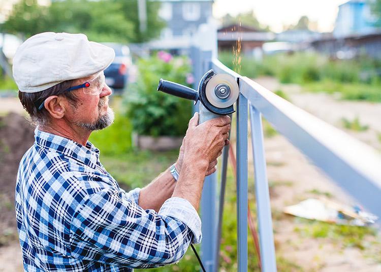 Ein Arbeiter repariert einen Zaun